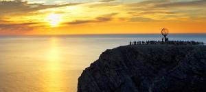 Sol Medianoche en Fiordos Noruegos